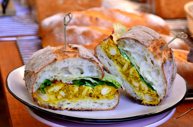 Hide and Seek's curry chicken sandwich features curried chicken, sour cream and crisp lettuce swaddled in a variation of pain de campagne. (Park Hyun-koo/The Korea Herald)