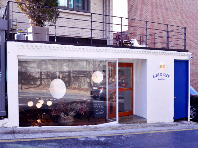 Hide and Seek, a bakery-deli, opened in Seoul's Nonhyeon-dong in November. (Park Hyun-koo/The Korea Herald)