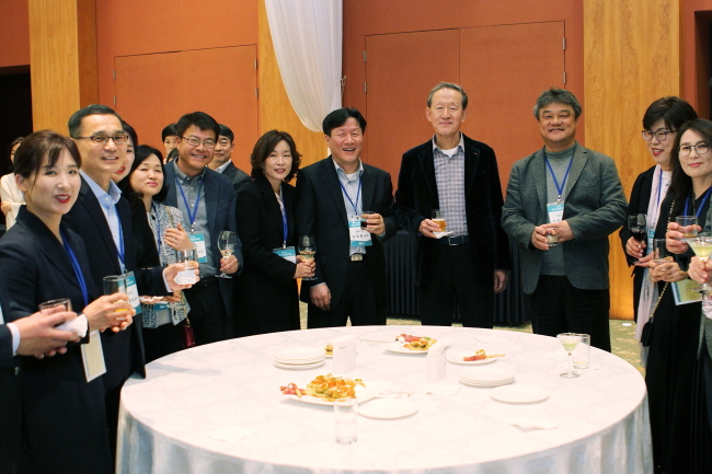 Chairman of GS Group Huh Chang-soo (fourth on the right side) dines with new GS executives at Elysian Resort Jeju on Friday. (GS Holdings)