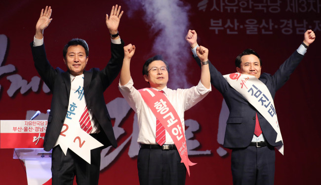 Candidates in the main opposition party leader race (from left) former Seoul Mayor Oh Se-hoon, former Prime Minister Hwang Kyo-ahn and far-right politician Kim Jin-tae pose before a televised debate over the weekend in Seoul. (Yonhap)