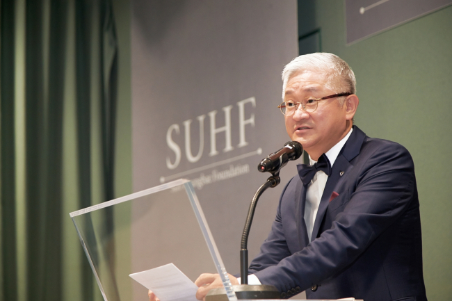 Amorepacific Chairman Suh Kyung-bae speaks during an awards ceremony at the company's headquarters in September last year to honor promising young scientists. (Amorepacific)