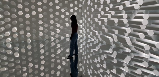 "A visitor walks around Kang Yi-yun's ""Continuum."" (Shim Woo-hyun/The Korea Herald)"