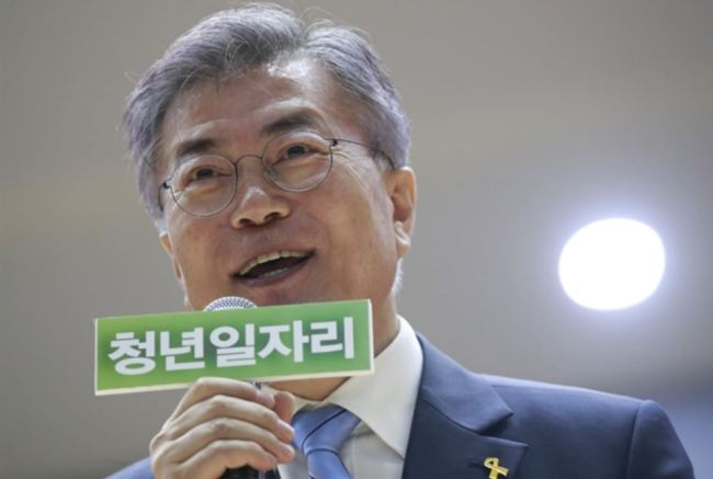 Then-candidate Moon Jae-in speaks about his job-creation pledges at Mokpo National University in Muan, South Jeolla Province, a month before the May 9 presidential election. (Yonhap)
