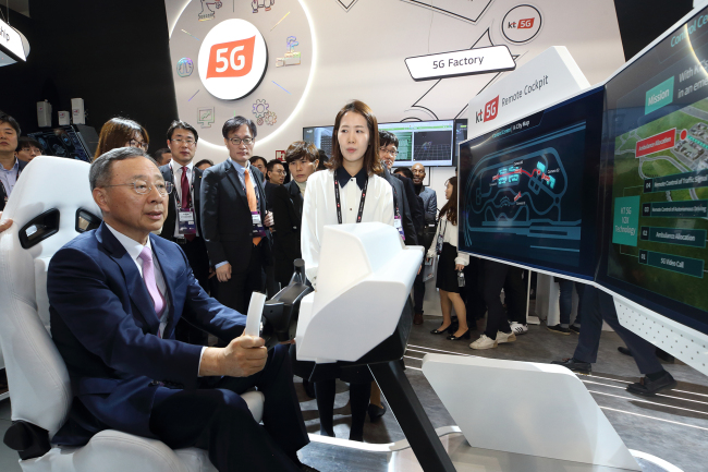 KT Chairman Hwang Chang-gyu experiences remote autonomous driving at the 5G Remote Cockpit corner of KT's booth set up at Fira Gran Via exhibition hall in Barcelona, Spain, Monday. (KT)