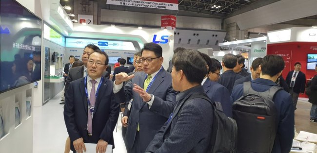 Koo Ja-kyun, chairman and CEO of LSIS (center) speaks about the company's competitiveness in solar power generation at PV System Expo held at Tokyo Big Sight on Wednesday. (LSIS)