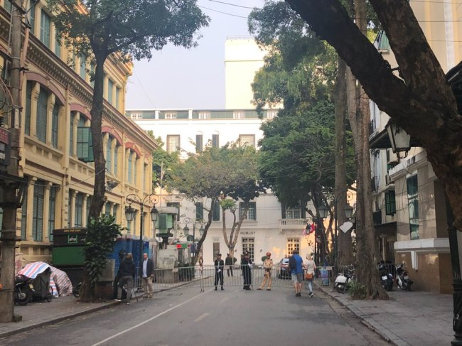 Vietnamese security officials restrict access to roads leading to Sofitel Metropole Hanoi Hotel on Wednesday. (Jo He-rim/The Korea Herald)