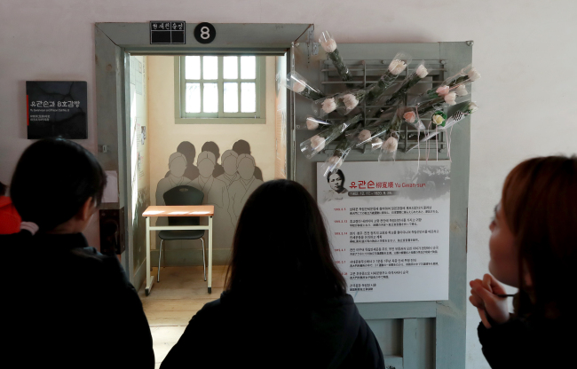 Visitors look at the cell that held Yu Gwan-sun at the Seodaemun Prison History Museum in Seoul, Tuesday. Yonhap