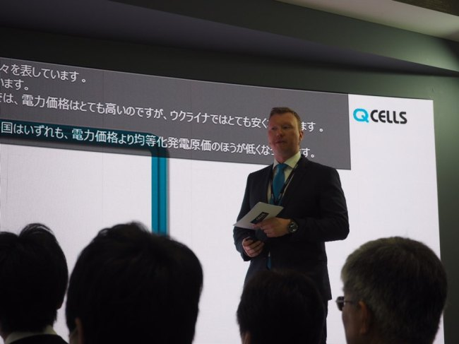 Martin Ezhold, head of product marketing at Hanwha Q Cells' office in Germany, speaks at the Smart Grid Expo in Tokyo on Thursday. (Hanwha Q Cells)