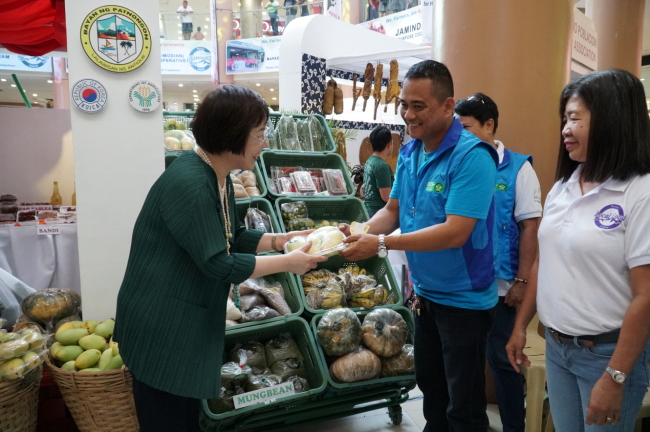 KOICA President Lee Mi-kyung visits a booth run by Filipino farmers during the Panay Local Food Festival and Trade Show at Robinsons Place, in Iloilo City, the Philippines, Friday. (KOICA)