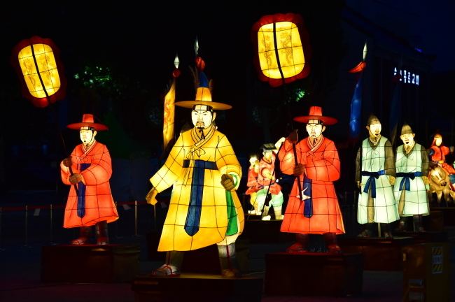 Suwon Culture Night features various programs that visitors can enjoy into the night. (Suwon City)