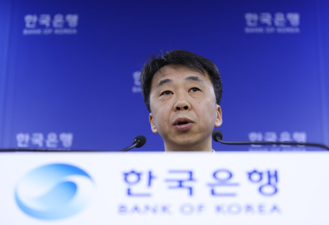 Shin Seung-cheol, director of the national accounts division at the Bank of Korea, speaks in a press briefing. (Yonhap)