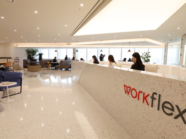 Entrepreneurs and members of startups work at premium coworking space Workflex, launched in February by construction firm Lotte E&C. (Lotte E&C)