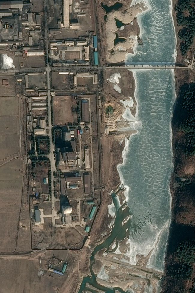 This handout satellite image taken on Feb. 21 and released to AFP by Pleiades, Cnes 2019, Distribution Airbus DS on Feb. 28 shows the 5 MWe reactor (C) at North Korea's Yongbyon Nuclear Scientific Research Center in Yongbyon, showing no signs of activity. (AFP-Yonhap)