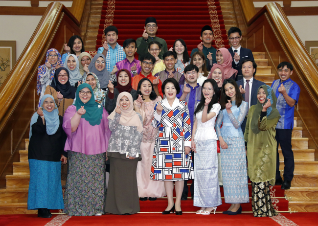 First Lady Kim Jung-sook poses with students from Brunei, Cambodia and Malaysia at Cheong Wa Dae on Wednesday. Yonhap