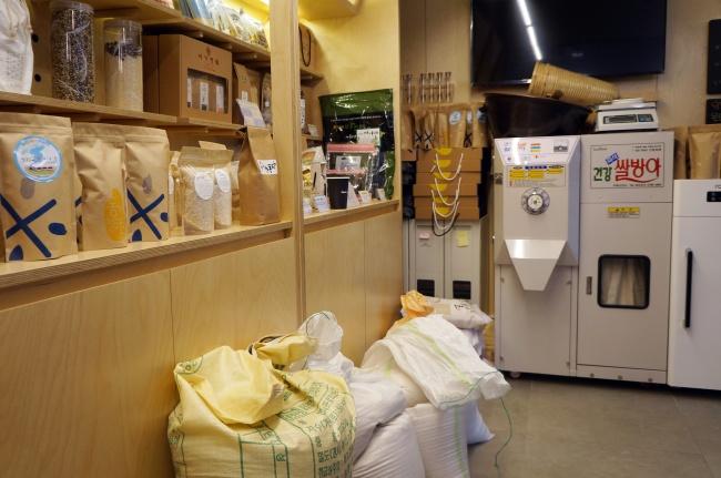 Various rice varieties are on sale at Village Rice Mill in Seongsan-dong, Seoul. (Im Eun-byel / The Korea Herald)
