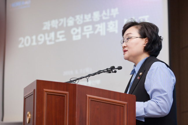 Moon Mi-ok, the first vice minister of the Science and ICT Ministry, lays out the ministry 2019 policy initiative during the meeting with reporters on Thursday. Yonhap