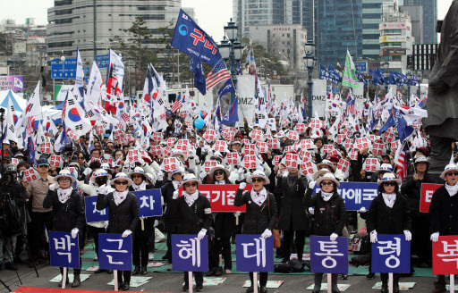 Members of organizations calling for the acquittal and release of former President Park Geun-hye hold a rally outside Seoul Station on Sunday. (Yonhap)
