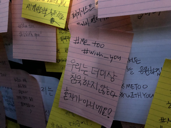 Visitors write messages and make signs to support the feminist movement in Korea (Park Ju-young / The Korea Herald)