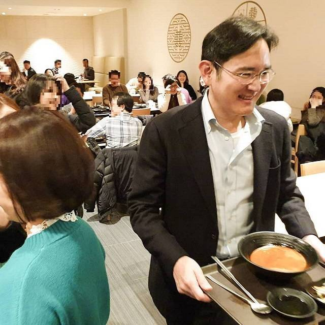 This captured image posted on unidentified Samsung worker's instagram shows Samsung Vice Chairman Lee Jae-yong holding a tray of spicy noodles at the electronics giant's cafeteria in Suwon, Gyeonggi Province, in January.