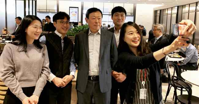 Lotte Group Chairman Shin Dong-bin takes a photo with workers at the retailer's headquarters in Songpa, Seoul, on March 4. (Lotte Corp.)