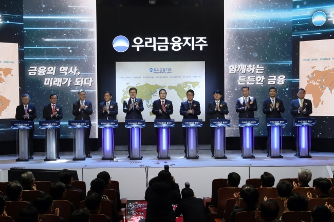 Woori Financial Group Chairman and Woori Bank CEO Sohn Tae-seung (sixth from left) attends the group's inauguration ceremony held in January. (Woori Financial)