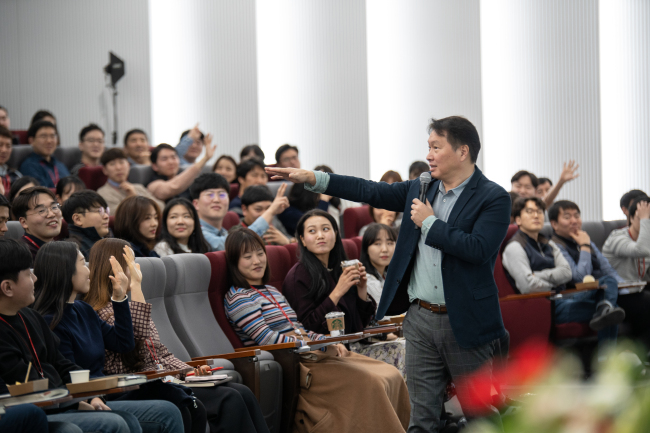 SK Chairman Chey Tae-won asks SK hynix workers what make them happy at an open-mic session held at the chipmaker's Icheon campus on Feb. 28. (SK hynix)