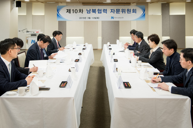 Export-Import Bank of Korea Chairman Eun Sung-soo, fourth from right, and members of an advisory committee on economic exchanges between the two Koreas speak during a meeting at the state-run bank's headquarters in Yeouido, Seoul, Tuesday. Eximbank