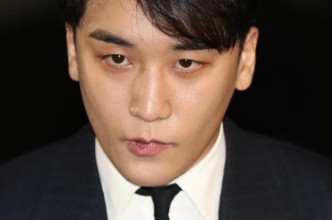 Seungri, a member of popular boy group Big Bang, appears at the Seoul Metropolitan Police Agency on Feb 27. (Yonhap)