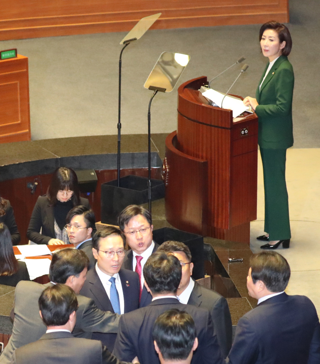 Liberty Korea Party floor leader Na Kyung-won (top right) stands at the podium as lawmakers of the ruling party and main opposition argue over her derisive comments targeting President Moon Jae-in at the main chamber of the National Assembly on Tuesday. (Yonhap)