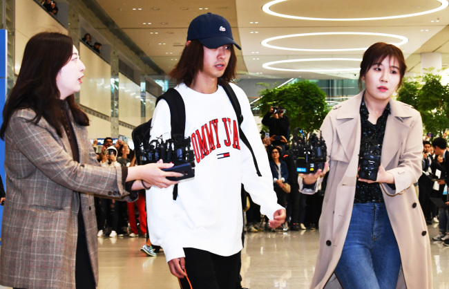 K-pop singer Jung Joon-young hastily flew in on Tuesday evening from the US shooting a reality TV show following revelations of his secretly filmed sex videos of women and sharing them in a chat room involving Seungri, FT Island Choi Jong-hoon among others. (Yonhap)