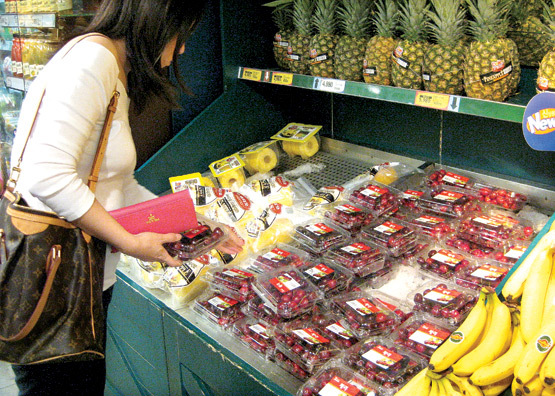 A consumer looks at imported fruits at a discount store in a provincial city. (Online community)