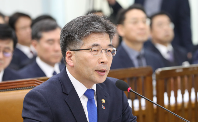 National Police Agency Commissioner General Min Gap-ryong speaks at a briefing the Public Administration and Security Committee at the National Assembly on Thursday. (Yonhap)
