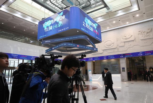 Cameras await prosecutors at the Korea Exchange on Friday. (Yonhap)