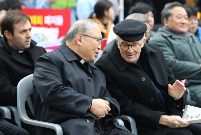Cardinal Andrew Yeom Soo-jung (first left) and Alfred Xuereb from the Vatican speaks in a rally organized by Korea College Students for Pro-life, Catholic Bishops Conference of Korea urging the Constitutional Court to retain legal ban on abortion at Cheonggye Plaza, central Seoul, on March 16. (Yonhap)