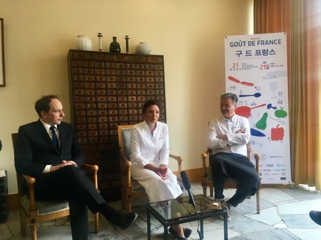 From left: French Ambassador to Korea Fabien Penone and chefs Fanny Rey and Guillaume Sourrieu speak at a press conference Wednesday at the French Embassy in central Seoul. (Im Eun-byel/The Korea Herald)