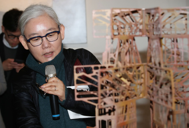 """Lee Bul explains her """"Study for Aubade V"""" at a press conference Wednesday at the Culture Station Seoul 284. (Yonhap)"""
