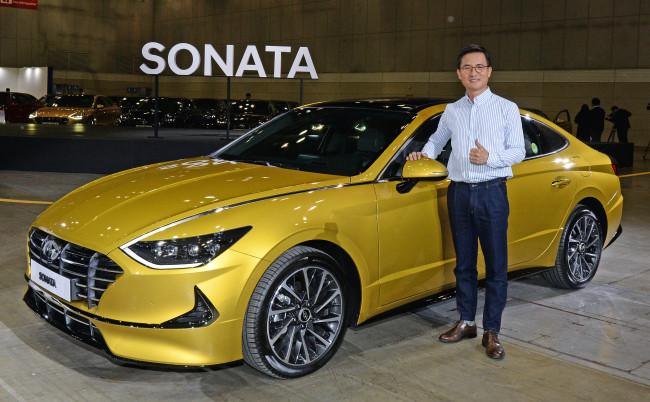Hyundai Motor Executive Vice President Lee Kwang-guk poses with the eighth-generation Sonata at Kintex, Ilsan, Gyeonggi Province, on Thursday. (Hyundai Motor)