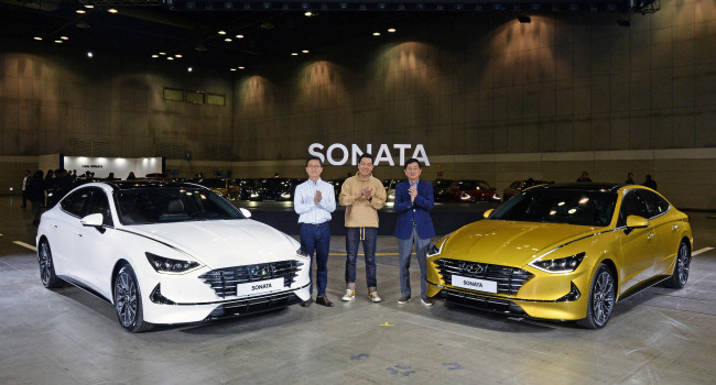 (From left) Hyundai Motor Executive Vice President Lee Kwang-guk, Vice President of Design Lee Sang-yup and Vice President of Product Marketing Choi Jin-woo pose with the eighth-generation Sonata at Kintex, Ilsan, Gyeonggi Province, on Thursday. (Hyundai Motor)