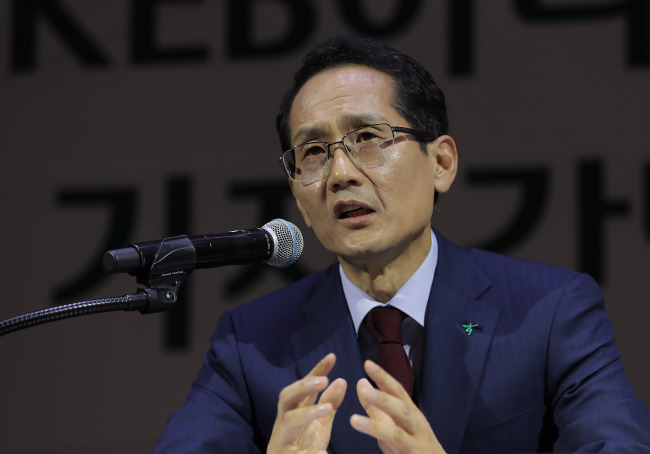 KEB Hana Bank's new CEO, Ji Sung-kyoo, speaks during his inaugural press conference in Seoul on Thursday. (Yonhap)