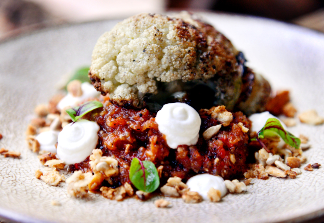 Soot's roasted cauliflower is amped up with a sauce crafted from charred chilies, garlic and bell peppers and dabs of smoked yogurt (Photo credit: Park Hyun-koo/The Korea Herald)