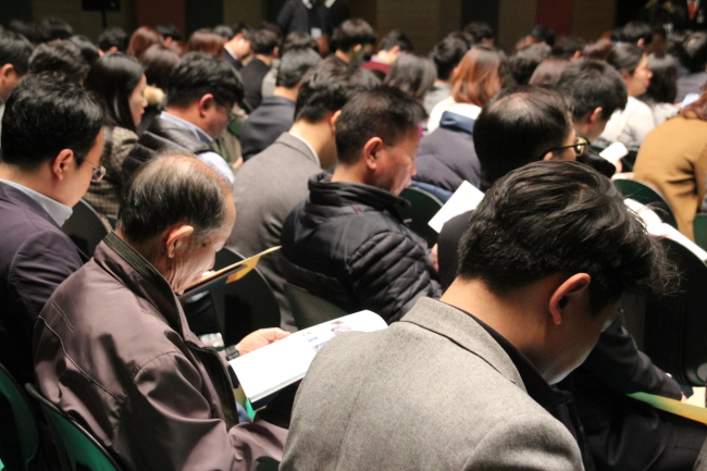 Samsung Biologics' shareholders attend the shareholders meeting on Friday. (Lim Jeong-yeo/The Korea Herald)