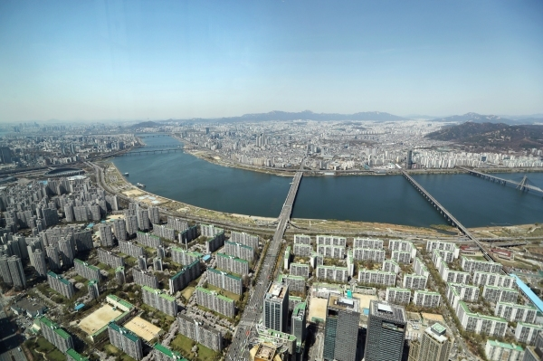 A view of Seoul from the Lotte World Tower in Jamsil, southeastern Seoul (Yonhap News)