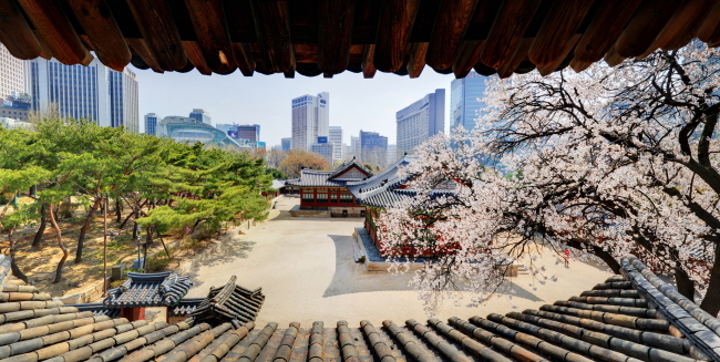 This photo, shot from inside the Seokeodang building, shows the inside of the palace Deoksugung. (Cultural Heritage Administration)