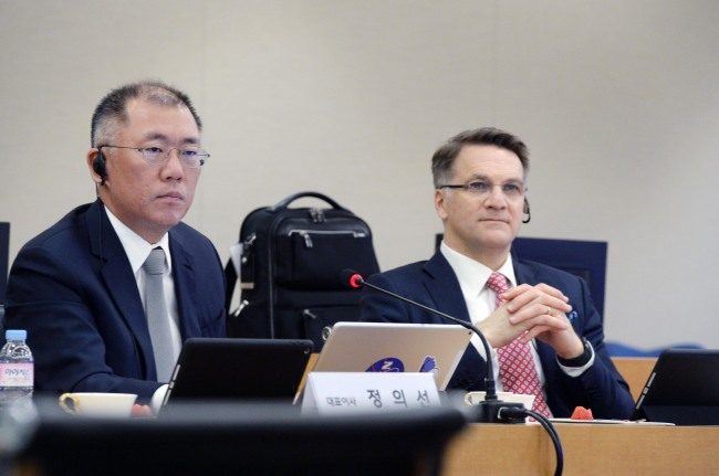 Motor Group Executive Vice Chairman Chung Eui-sun,left. (Hyundai Mobis)