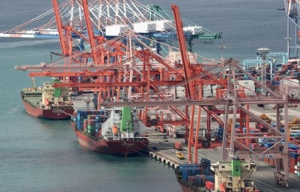 Export cargoes are being shipped at Busan Port. (Yonhap)