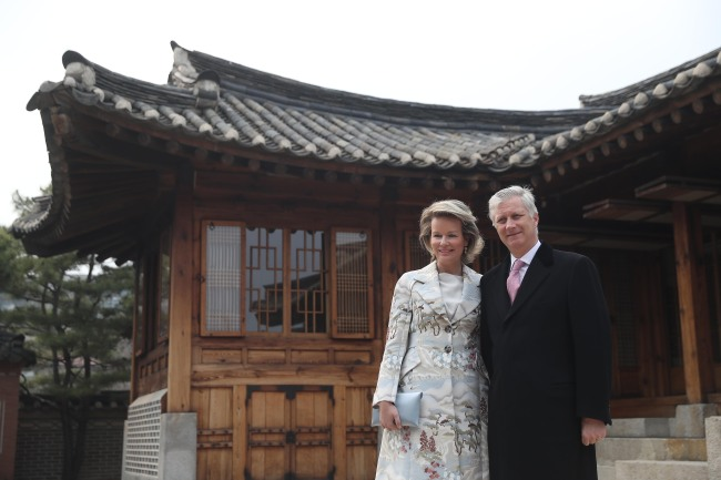 King Philippe and Queen Mathilde of Belgium pose for a photo after touring the Korea Furniture Museum in Seoul on Monday. (Yonhap)