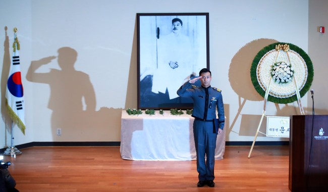 A cadet of the Korea Military Academy salutes after reading the will of Ahn Jung-geun during a memorial service marking the 109th anniversary of Ahn`s death, in Seoul on March 26, 2019. (Yonhap)
