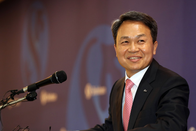 Shinhan Bank's new CEO Jin Ok-dong attends a news conference in Seoul on Tuesday. (Yonhap)