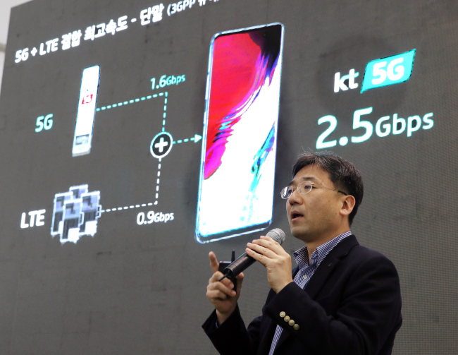 Seo Chang-seok, executive vice president at KT Network Strategy Unit and Network Group, discusses the maximum speed of the combined 5G and LTE networks during a press conference in Seoul, Tuesday. Yonhap