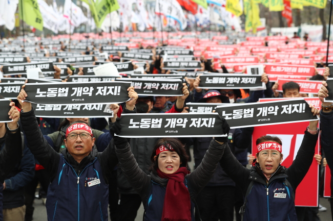 Some 10,000 members of the Korean Confederation of Trade Unions protest urging the government to adopt key conventions of the International Labor Organization in front of the National Assembly in Yeouido, Seoul. (Yonhap)